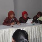 Puket I Bid. Akademik dan Kemahasiswaan Ibu Siti Sugih, memberikan penjalasan