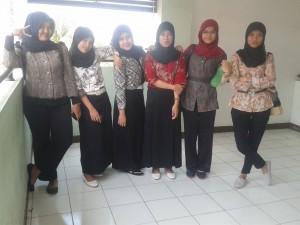 """Para mahasiswa DHB yang ikut merayakan """"Hari Batik Nasional"""""""